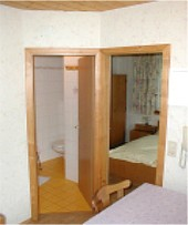 Vom Doppelzimmer erreichen Sie den geräumigen Balkon