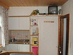 Küche mit Kühlschrank, Abwasch, 2 Platten -Elektroherd und Geschirr