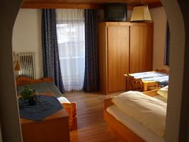 Einzelbett mit ausziehbarem Zusatzbett